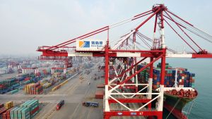 Konttilaivoja puretaan Qingdao satamassa.