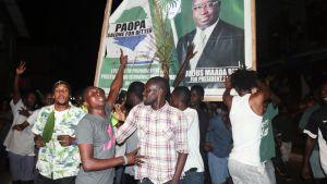 Oppositiojohtaja Julius Maada Bion kannattajat juhlivat Sierra Leonen pääkaupungissa Freetownissa ehdokkaansa voittoa.