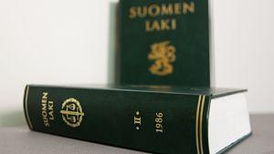 Suomen lakikirjoja vuodelta 1986 ja 1987.