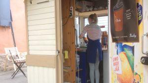 Tyttö jäätelökioskissa.
