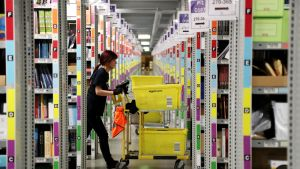 Amazon -verkkokaupan jakelukeskus  Saksan Rheinbergissä.