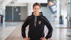 Oulun Kärppien naisjoukkueen päävalmentaja Mira Kuisma on jo kokenut valmentaja nuoresta iästään huolimatta.