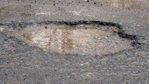 Monttu asfaltissa