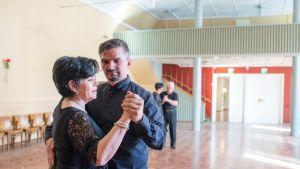 Jyrki ja Maarit Mäkelä kilpailevat Wanhassa tangossa.