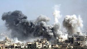 Savupatsaita pommituksen jälkeen Doumassa.