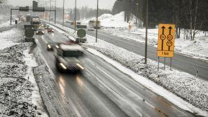 Nelostien liikennettä on Oulun kohdalla jouduttu  ohjaamaan tietöiden takia jo viime vuoden syksystä lähtien. Kun Oulujoen sillat joudutaan rakentamaan kokonaan uudelleen, odotettevissa on tiejärjestelyjen jatkuvan vielä ainakin vuoteen 2020 saakka.