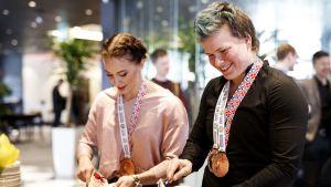 Anni Vuohijoki (vas.) ja Meri Ilmarinen.