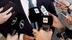 Toimittajia haastattelutilanteessa.