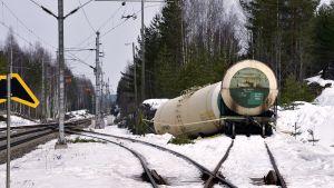Rikkoutunut kemikaalivaunu Kinnin liikennepaikalla Mäntyharjulla.