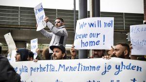 Turvapaikanhakijoiden palautuksia vastustava mielenosoitus maahanmuuttoviraston edessä Helsingissä.
