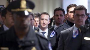 Mark Zuckerberg  kongressin poliisin saattelema kohti kongrenssin kuulemistilaisuutta.