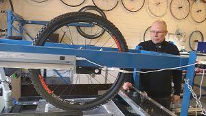 Toimitusjohtaja Petri Hankiola testaa pyörän rengasta Wheel Energyn testilaboratoriossa