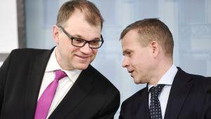 Pääministeri Juha Sipilä (kesk) ja valtiovarainministeri Petteri Orpo (kok) hallituksen kehysriihen loppuinfossa Helsingissä 11. huhtikuuta