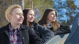 Lukiolaiset Sylvia Korvajärvi ja Jenna Viitanen sekä lukiosta valmistunut Aino Toivonen ovat suuntaamassa Paltamosta eri suuntiin.