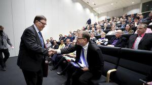 Paavo Väyrynen (vas.) kättelee keskustan puheenjohtaja, pääministeri Juha Sipilää keskustan Etelä-Pohjanmaan piirin kokouksessa Seinäjoella 13. huhtikuuta.