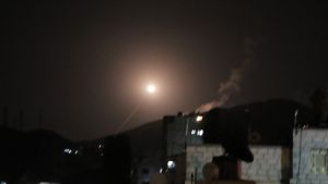 Syyrian armeijan ilmatorjunnan ohjus kuvattuna Damaskoksessa varhain lauantaiaamuna.