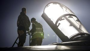 Britannian puolustusministeriön välittämässä kuvassa Britannian ilmavoimien  hävittäjää valmistellaan iskuun Kyproksella.