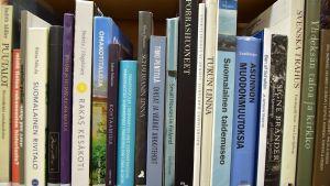 Luokkaan 7 kuuluvia kirjoja kirjaston hyllyssä