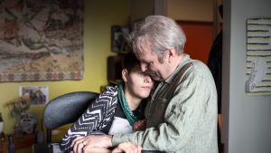 Laura ja isänsä Jouni Saari kaulailee pk
