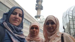 Kolme naisopiskelijaa.