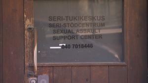 Seri-tukikeskuksen ovi.