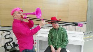 Harri Lidsle ja Matti Hussi vievät musiikkia lapsille muun muassa pinkin pasuunan, serpentin ja pianon avulla.