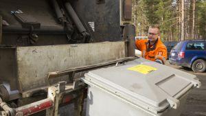 Jäteastian sisältö kipataan jäteautoon.