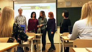 Kansainvälisiä opettajia tutustumassa luokkatiloihin Kauhajoen lukiossa