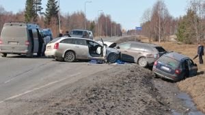 Oulussa Hailuodontiellä takaa-ajotilanteessa 19.4.2018 sattunut kolmen auton kolari.