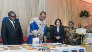 eSwatinin kuningas Mswati III leikkaa maansa 50-vuotisen itsenäisyyden ja oman 50-vuotispäivänsä kunniaksi leivottua kakkua. Juhlassa on mukana myös Taiwanin presidentti Tsai Ing-wen.