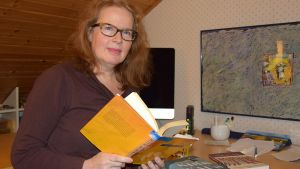 Kirjailija Riitta Jalonen työhuoneessaan