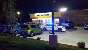 Poliisiauto vohveliravintolan edessä.