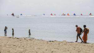 Ihmisiä rannalla Balilla elokuussa 2017.