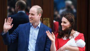Prinssi William ja herttuatar Catherine tervehtivät yleisöä uuden pikkuprinssin kanssa.