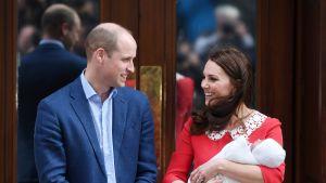 Prinssi William ja herttutar Kate lähtivät kotiin pikkuprinssin kanssa