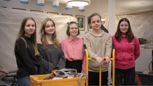 Pataluodon koulun mediakurssin oppilaat ryhmäkuvassa