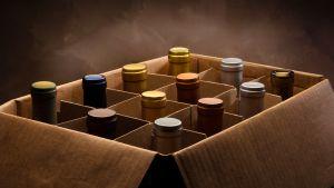 Viinipulloja pahvilaatikossa