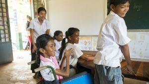 Kambodžassa Kampotissa asuva 13-vuotias SreyLeang Hun on päässyt kouluun. Kehitysvammainen tyttö saa samalla myös fysioterapiaa. Suomen Lähetysseura tukee paikallisen vammaisjärjestö Komar Pikarin toimintaa.