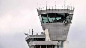 Lennonjohtotorni Helsinki-Vantaan lentokentällä.