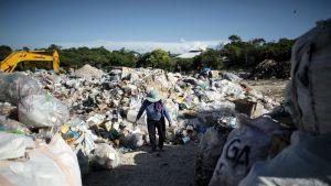 Gina Galan kerää muovipulloja Boracayn lomasaarella.