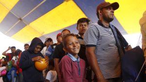 Siirotilaisia teltassa