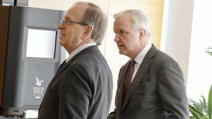 Erkki Liikanen ja Olli Rehn Suomen Pankin Euro & talous -verkkojulkaisun tiedotustilaisuudessa Helsingissä