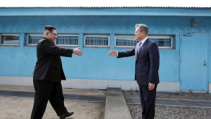 Kim Jong-un ja Moon Jae-in kättelevät Koreoiden rajalla.