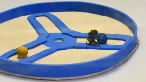 Kimalainen vetää palloa perässään testiareenalla.