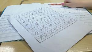 Kaunokirjoitus on häviämässä kokonaan, koska kouluissa opetetaan vain tekstaamaan.