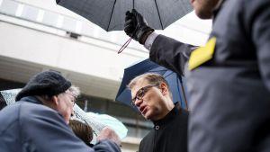 Juha Sipilä tapasi ihmisiä keskustan puoluevaltuuston vuosikokouksen yhteydessä Lanunaukiolla Lahdessa lauantaina.