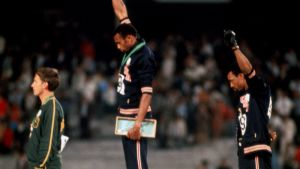 Peter Norman, Tommie Smith ja John Carlos Mexico Cityn palkintojenjaossa.