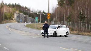 Poliisiauto kolmostien risteyksessä.