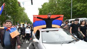 Mielenosoittajat ovat vallanneet Armenian pääkaupungin kadut oppositiojohtaja Nikol Pashinianin tueksi.