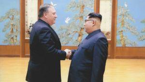 Mike Pompeo Kim Jong-un kättelevät.